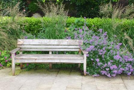 Одинокая скамейка в саду Св. Георгия в Лондоне