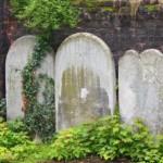 Старые надгробья в саду Св. Георгия в Лондоне