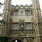 Статуя Генриха V||| на фасаде Тринити колледжа
